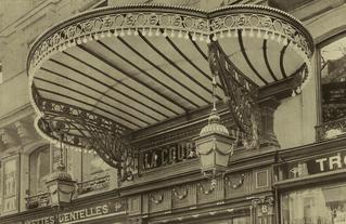 Marquise des grands magasins de la cour Batave, par Schwartz et Meurer