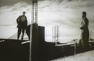 """Le Corbusier sur le chantier de l'Unité d'Habitation de Marseille dans """"La ville commence demain"""""""